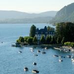 Le lac d'Annecy et son palace aux étoiles